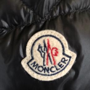Utroligt stilren Moncler jakke Kan bruges året rundt Fejler intet overhovedet Fitter perfekt mellem 180-195 ALT OG haves  NP:5000~ MP:2750 (budt) Str 4, hvilket svarer til Large Skriv PB for mere info! Hav en go' dag!:)