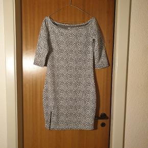 Smuk over the shoulder kjole, fra mærket Desires. Aldrig brugt, og prismærket er stadigvæk på. Str. M