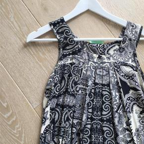 Varetype: Kjole Farve: Sort grå creme Prisen angivet er inklusiv forsendelse.  Denne kjole er løs i modellen og super flot med høje sko og en jakke ud over. også flot med skindleggins under og en blazer til. byd