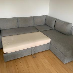 Super flot sovesofa, som kan benyttes som almindelig sofa.  Har opbevaring under sædet og i armlænet.   Sovepladsen måler 140 cm.