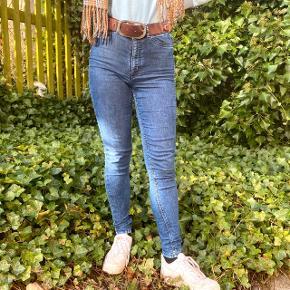 Flotte blå jeans med høj talje. Brugt en del, men er stadig rare at have på og flotte. Jeg sælger bukserne da min stil har ændret sig og de ikke passer ind i mit klædeskab længere.  Størrelse 38. H&M.  Jeg er 174 høj.  #GenbrugErGuld #trendsalesfund