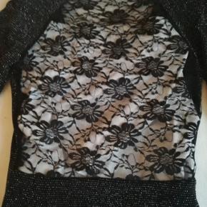Flot kjole str. S i stræk stof. Sort med sølv glimmer. Aldrig brugt