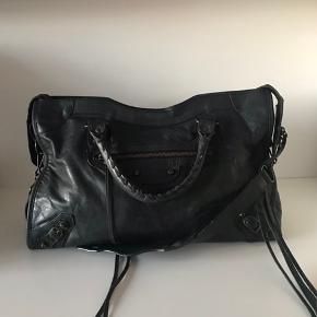 Smuk balenciaga City i sort. Taskens stand er næsten som ny. Medfølger spejl, rem og dustbag. Prisen er fast. Fri fragt