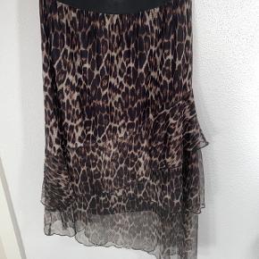 Lækreste nederdel med læg og elastik i taljen ✨🐆
