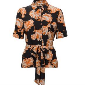 Mega flot ganni skjorte med prismærke aldrig brugt ny pris 1899. Byd sender idag fragt frit