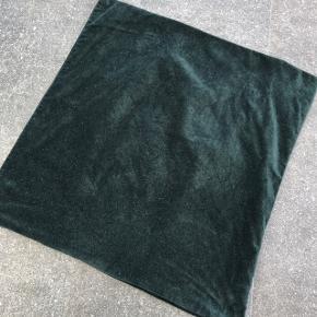 Flaskegrøn velour pudebetræk fa H&M.  50x50 cm  Nypris 100,-