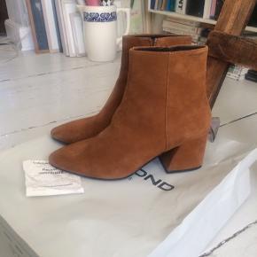 """Smuk Cognacfarvet støvlet fra Vagabond af mærket """"Olivia"""". Fejlkøb, aldrig brugt - kvittering haves. Nypris 999,- Giv et bud."""