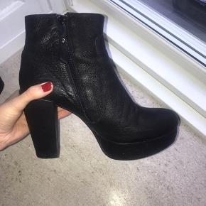 Super flotte sorte støvletter med plateau. Har kun været brugt et par gange så er i rigtig fin stand.