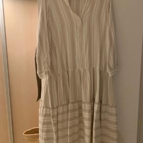 Helt ny kjole- 3 mdr. gammel - kun vasket aldrig brugt- den er for stor, desværre, den er supersød. Mærket er klippet ud.