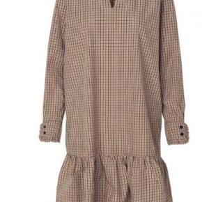 Ny skjorte kun prøvet 1 gang. Løstsiddende og fed med en strik udover og leggins.  Nypris er 1300 kr  Sælger for under halv pris, 600kr