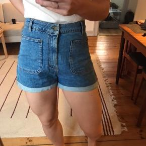 Højtaljede shorts med stretch. Super lækre at have på. Str er 40, men svarer til en M (38-40)