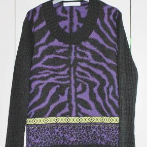 Rigtig, rigtig lækker bluse i smukke farver fra Skovhuus. Kun været brugt go vasket en enkelt gang og derfor er den som ny.  Oprindelig købspris: 600 kr.  Brystvidde: 54 cm x 2 Hoftevidde: 54 cm x 2 Længde: 64 cm   Ingen byt, og prisen er fast.