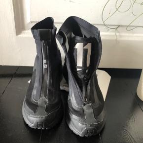 11 by Boris Bidjan Saberi Black Salomon Bamba 2  Støvler som kan bæres åbne eller lukkede.  Ikke brugt meget men er i super stand og god kvalitet  str er 41 1/3  Prisen er fast 2000kr Nypris 4000kr