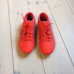 Puma fodboldstøvler, orange Str. 34 som nye. Købt for små. Fine.