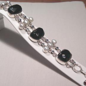 Sterling sølv armlænke Monteret med onyks og ægte perler  Længde fra 18 cm til 21 cm Bredde 2,5 cm