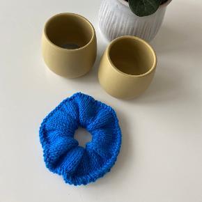 Hjemmestrikket scrunchie.   Strikkes i 100% bomuldsgarn og kan vaskes på 40 grader med lignende farver.   Andre farver laves på bestilling.   1 styk - 40 kr.  2 styk - 70 kr.  3 styk - 90 kr.