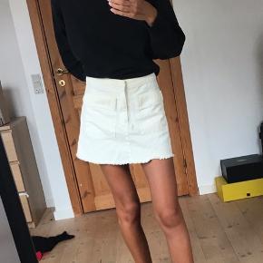 Smuk hvid denim nederdel fra weekday i størrelse xs købt et par år tilbage. Brugt 1 gang