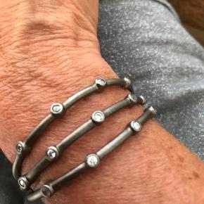 Varetype: Armbånd Størrelse: One size Farve: Sølv Oprindelig købspris: 3000 kr.  Mat sort sølv. Brugt få gange og fremstår som nyt