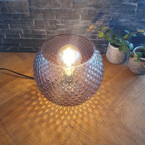 Lækker bordlampe i facetteret glas 👌   Helt ny og stadig i kasse 👍  Helt nye 👌 1 i røget glas 2 i klart glas  21 cm i diameter