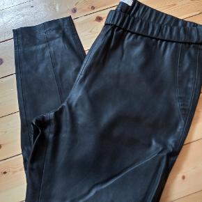 """Snyde """"læder bukser"""" som ligner læder meget. Ubrugt .  Talje 48(X2) Hofte 60 (X2) Længde 102"""