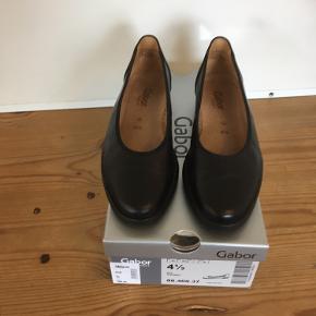 Mærke: Gabor Style: 060493 Størrelse: 4 1/2 Farve: sort Skoen: er købt i Magasin, ny pris 599 kr Stand: brugt få gange  Sælges: 225 kr Bytter ikke Sætter pris på tilfredse købere
