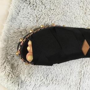 Brand: AGL Varetype: Sandaler Farve: Sort Oprindelig købspris: 2850 kr.  Sorte Italienske AGL sandaler i blødt skind med bånd til at binde på anklen. Kun brugt en gang - fuldstændig som nye.