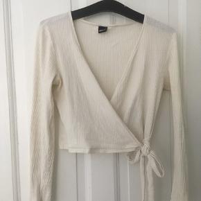Smuk cremehvid trøje med slå-om, sælges da den er lidt for stor Sender gerne Byd endelig