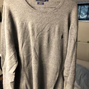 Varetype: Pullover Farve: Grå Oprindelig købspris: 1000 kr.  Sælger denne flotte Ralph lauren pullover, som er et perfekt valg til at tage over en skjorte, eller bare som den er. Den er brugt få gange så derfor fremstår den i super god stand