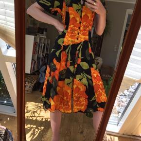 Vintage kjole fra Italien. Bånd til at binde den i ryggen, så den passer flere størrelser.