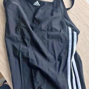 Adidas Brugt 1 gang str 170 ( synes den er lidt lille i str )