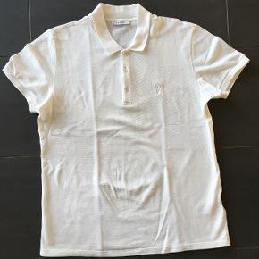 Versace polo t-shirt hvid str. XL (lidt lille i str.)  Kun brugt 1 gang, så den er som næsten ny.   Nypris 700 kr. Kvittering medfølger. Købt hos Versace, Fort Lauderdale, USA.  Sælges for 275 kr. +. Bytter ikke.   Kan sendes med GLS for 39 kr.