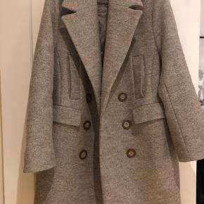 Smuk frakke fra H&M i 100% uld.   Fejler intet - fremstår som ny, da den kun er brugt få gange 😊