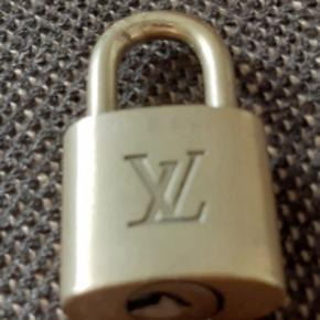 Louis Vuitton Lås, nøgle medfølger ikke Cond 7 Pris: 250 kr.  Skriv på 29842641 for flere billeder og mere information:)