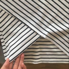 Lækker nederdel fra Zara, sidder så flot på 🍑 Elastik bånd i taljen og med stræk.  Aldrig brugt da den desværre er for lille. Str. Small/36.