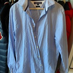 Tommy Hilfiger slim fit skjorte i str. XL.  Sat billigt, så køber betaler fragt.