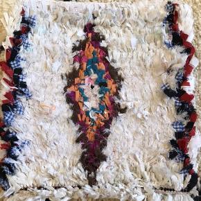 Boucherouite pude. Måler 40x40 cm. Der medfølger ecocertificeret inderpude. Puden er håndlavet i Marokko og fremstillet af genbrugsstoffer
