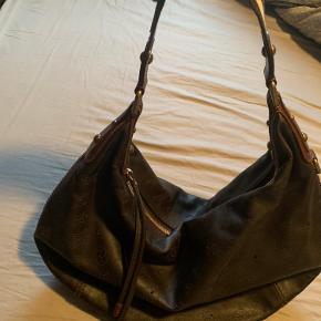 Virkelig flot og anderledes skuldertaske i brun læder med monogram hullet ind, den er som ny kun båret få gange og altid passet på.  Kvittering fra lv cph medfølger  Bud modtages gerne:)
