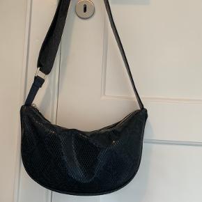 Lækker Becksøndergaard taske - aldrig brugt. Model: Snake Moon sort Np: 500kr Kan sendes eller afhentes😊