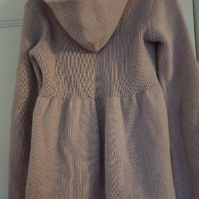 Fantastisk strik trøje med hætte fra Odd Molly. Str. 4. Eminent pas form. 50%mohair og 50 %akryl.