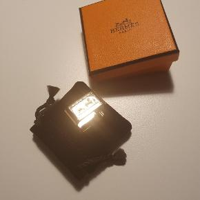 Tørklædering i permabrass 2 cm bred Nypris 1300 kr Sender gerne med PostNord for købers regning.