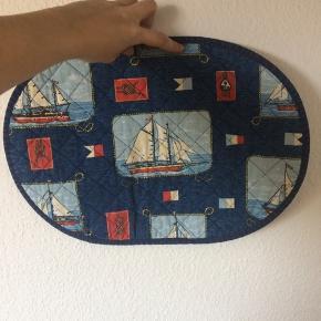 Ukendt - dækkeservietter Næsten som ny Farve: blå med skibe Prisen er for 2 stk! Køber betaler Porto!  >ER ÅBEN FOR BUD<  •Se også mine andre annoncer•  BYTTER IKKE!