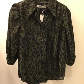 Helt ny Co´ couture skjortebluse med ærmer til albuerne, sidder SÅ godt😉 100%. Polyester