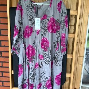 Så smuk tunika/ kjole  Kan bruges over smalle bukser og er flot til jeans Desværre købt forvstor