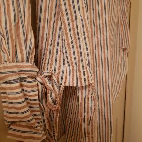 Rigtig lækker lang skjorte. Flotte detaljer.