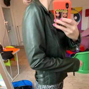 Khaki farvet læderjakke fra Gucci   Jakken ser ud som ny   Size 44 - Fitter S/M   Nypris 24.000kr