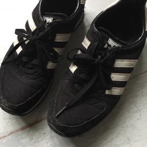 Adidas sorte med hvide striber. Mindstepris 25 pp. Bytter ikke.