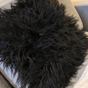 Fragt koster 35 kr 1x hvid velourpude fra h&m - 1 kvast mangler - puden medfølger  - måler 30x 50 cm - 30 kr  1x sort pelspude fra h&m - fin stand  - puden medfølger  - måler 40x40 - 20 kr
