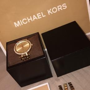 Michael kors ur, batteri ska udskiftes, har brugsspor.  Sender med dao, tjek gerne mine annoncer ud.