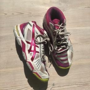 Sælger disse Asics sportssneakers. Er blevet brugt som håndboldsko. De giver støtte om anklen, og er derfor ideelle at løbe i.  Købt på tilbud i Sport24 for 900 kr.  Byd