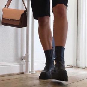 De populære Læderstøvler fra Zara  Fitter 37, normale i str  Sendes på købers regning eller afhentes på Trøjborg, Aarhus